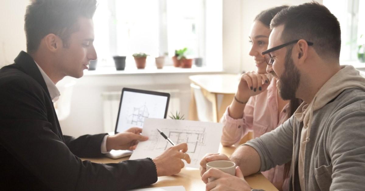 ayudar contratar arquitecto explicando planos clientes oficina