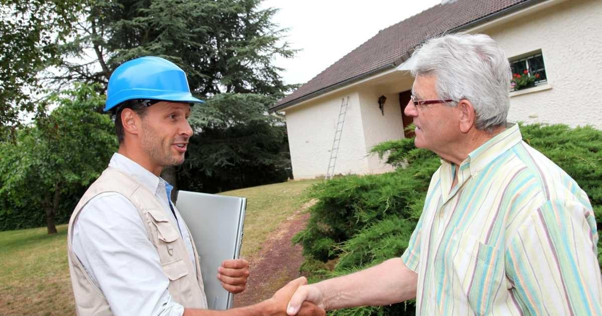 ayudar-contratar-arquitecto-apreton-de-manos-cliente-fachada-casa