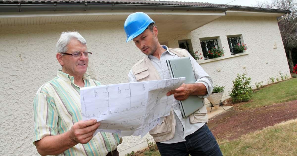 ayudar-contratar-arquitecto-mostrando-planos-cliente-casa-fachada