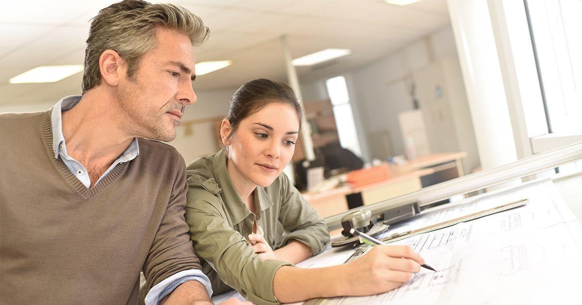 arquitectos-editando-planos-sala-oficina-escritorio-lapiz-elegir-especialista-generalista