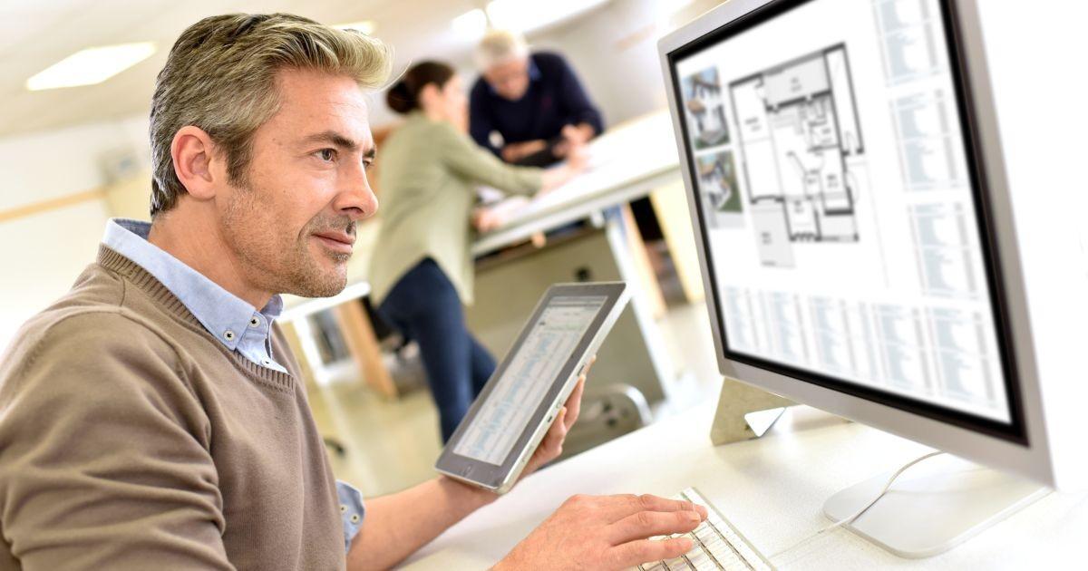 hombre-teclado-computadora-tablet-sala-oficina-considerar-antes-contratar-arquitecto