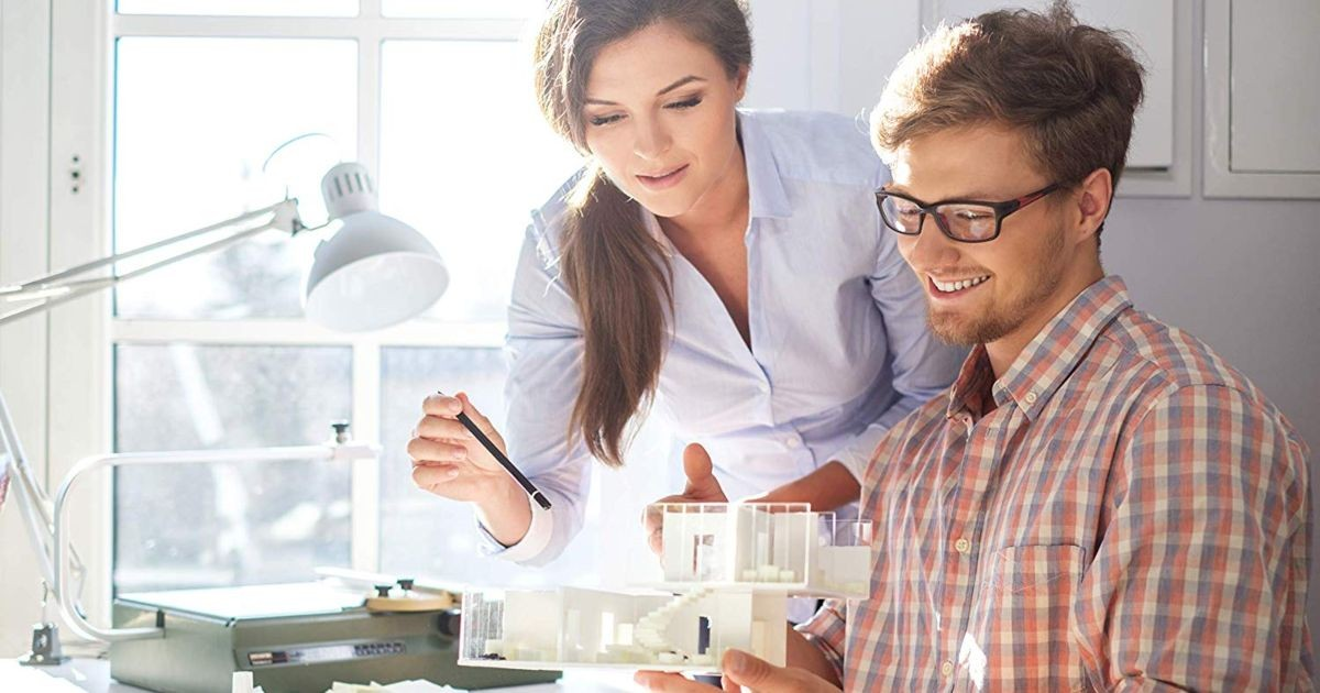 personas-maqueta-casa-escritorio-oficina-considerar-antes-contratar-arquitecto