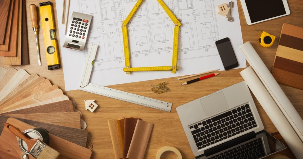 arquitecto-puede-guiarte-construccion-casa-mesa-laptop-metros-calculadora-telefono-tablet-trabajo-madera
