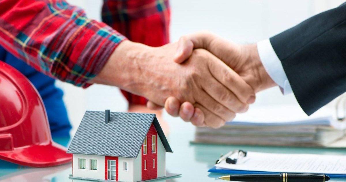 apreton-manos-maqueta-vivienda-casco-escritorio-lapiz-necesito-arquitecto-remodelar-casa