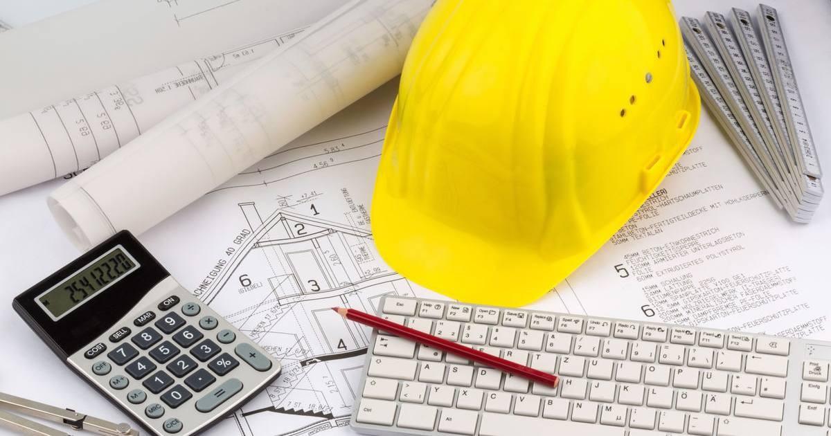 cuanto-cobra-un-arquitecto-calculadora-casco-planos-teclado-lapiz-escritorio-servicios