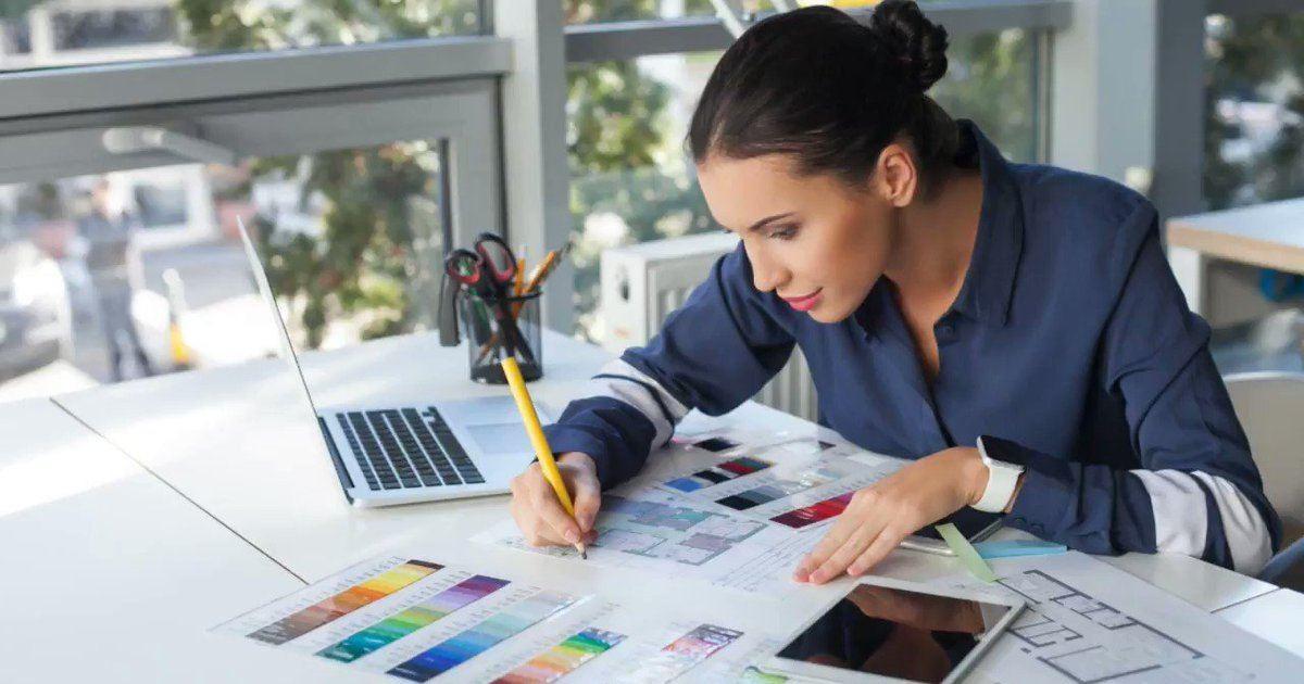 diferencias-arquitecto-disenador-dibujante-mujer-escogiendo-colores